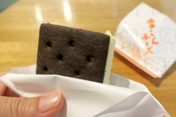 函館「六花亭 五稜郭店」雪こんチーズ(200円)は要冷蔵で持ち帰ることができる。