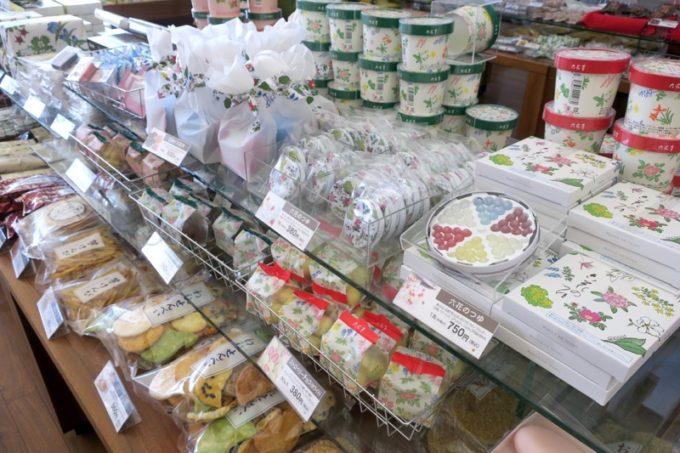 函館「六花亭 五稜郭店」の店内にはおなじみの六花亭商品が並ぶ。