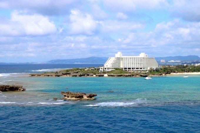 恩納村のリゾートホテル「ANAインターコンチネンタル万座ビーチリゾート」の外観。