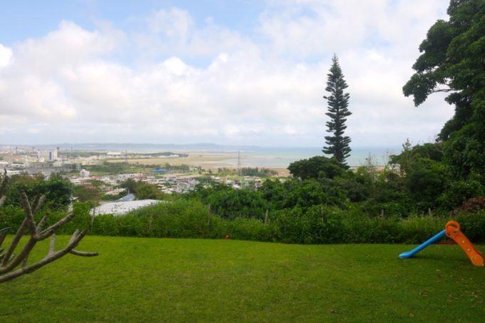 「欧風カレー喫茶 フランクリン」のお庭には、海が眺められるテラス席がある。