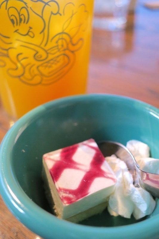 函館・東山「Jolly Jellyfish(ジョリージェリーフィッシュ)」のランチにはドリンクとデザートもついてきた。