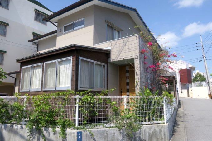 那覇・松島の住宅街にある「カフェレストラン ShiShi(シシ)」の外観。