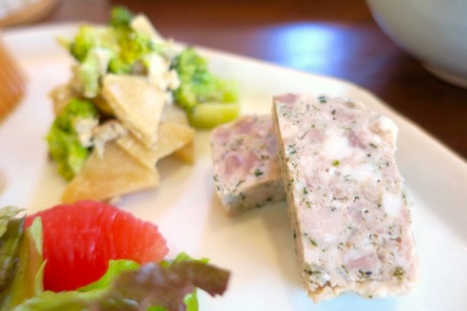「カフェレストラン ShiShi(シシ)」のランチで食べた、テリーヌやサラダなど。