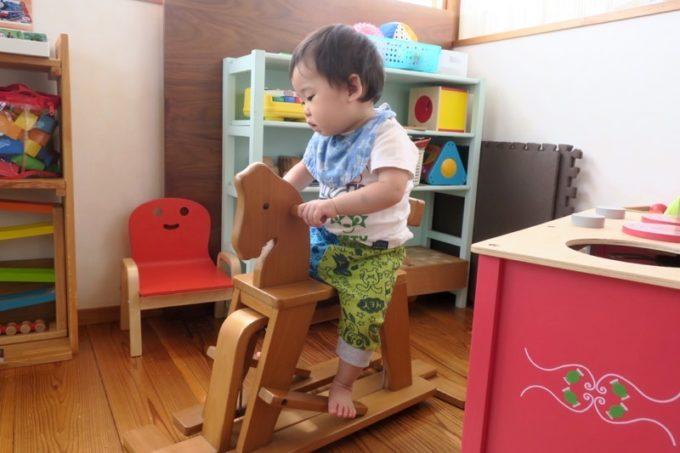 「カフェレストラン ShiShi(シシ)」のキッズスペースで遊ぶお子サマー。