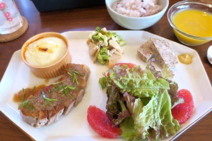 「カフェレストラン ShiShi(シシ)」のランチ(塩豚ステーキ 大根おろしと柚子故障のソース、1700円)