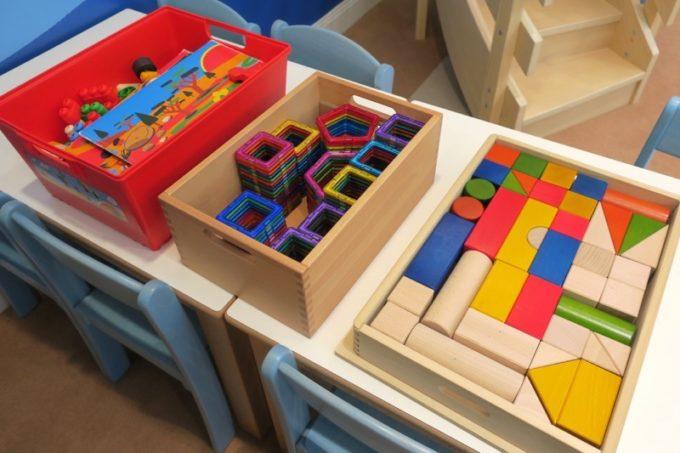 積み木や磁石のおもちゃなどが揃っている。
