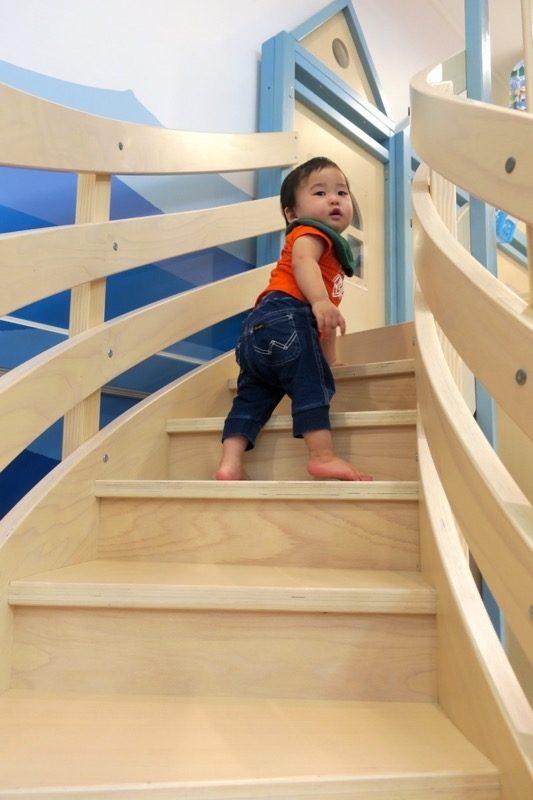 プレイハウスマリーナの階段を1段ずつ登って行くお子サマー。