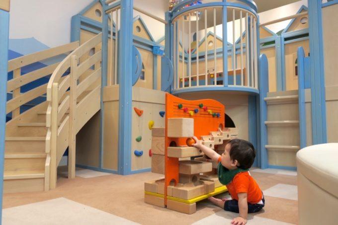 プレイハウスマリーナで遊ぶと思いきや、手前のボール転がし系おもちゃに引っかかるお子サマー。