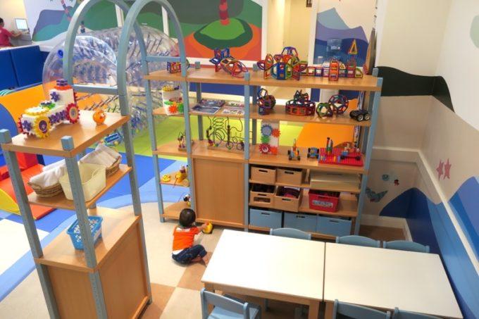おもちゃコーナーには様々な遊び道具が揃っている。