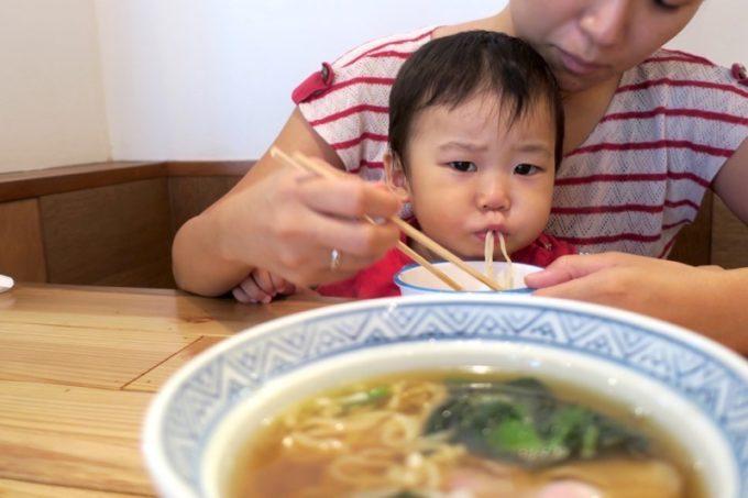 「中華そば ぬーじボンボン メンデス」のお子様中華そばをむさぼり食うお子サマー。