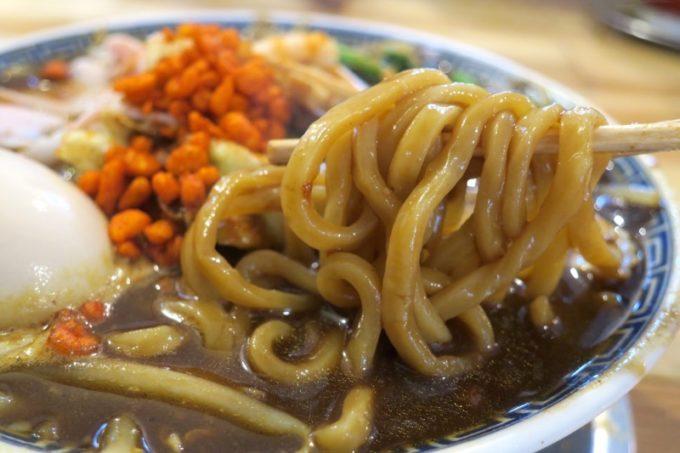 「中華そば ぬーじボンボン メンデス」のBLACKカレースパイシータンメン(850円)のスープに負けない力強い太麺。