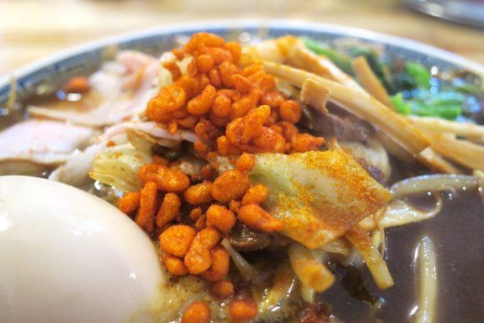 「中華そば ぬーじボンボン メンデス」のBLACKカレースパイシータンメン(850円)の辛さは、スパイシー揚げ玉のトッピングがいい役割。