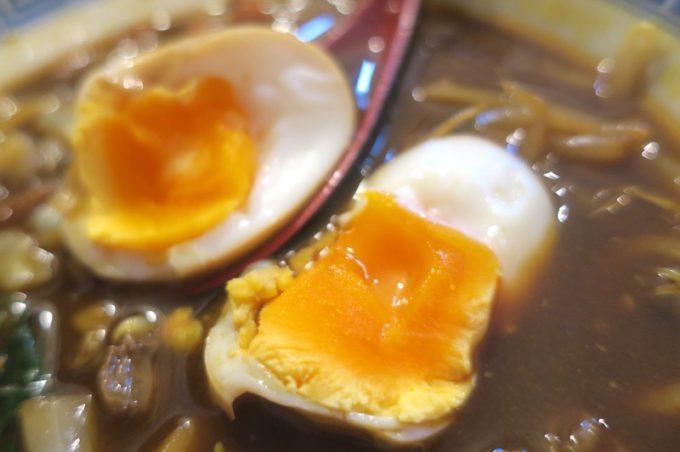 「中華そば ぬーじボンボン メンデス」のBLACKカレースパイシータンメン(850円)の卵の日の入り方がウマい。
