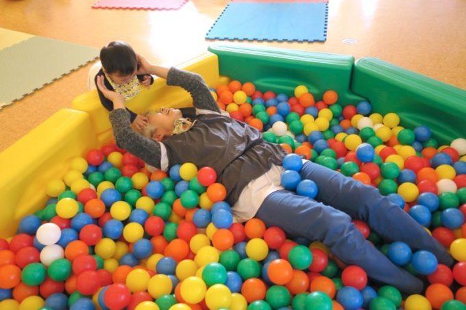 函館・道南四季の杜公園「ちびっこ広場」のボールプールに沈むおかん。