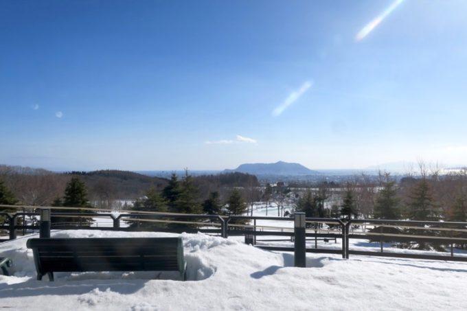 函館・道南四季の杜公園「ちびっこ広場」から函館市街地と函館山を眺められます。