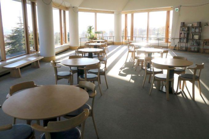 函館・道南四季の杜公園「丘の家」にある展望ラウンジ。