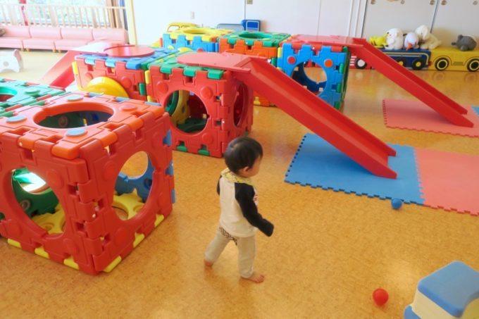 函館・道南四季の杜公園「ちびっこ広場」を歩き回る1歳児。