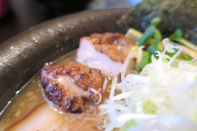 読谷村「麺屋シロサキ」の炙り肉(その2)、食べ応えアリ、味付けもしっかり。ウマい!