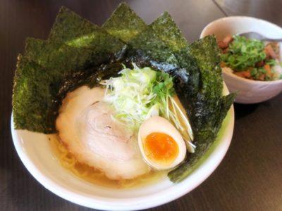 読谷村「麺屋シロサキ」の塩ラーメン(700円)にのりトッピング(+100円)。
