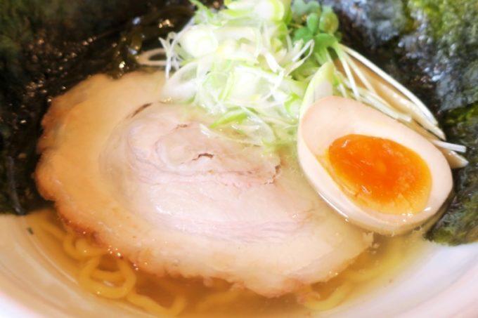 読谷村「麺屋シロサキ」塩ラーメンのトッピングは豚チャーシュー、半熟煮卵、ネギとカイワレ、細切り昆布とのり。