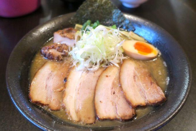 読谷村「麺屋シロサキ」のきまぐれ限定、炙り肉そば(900円)