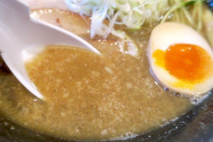 読谷村「麺屋シロサキ」の炙り肉そばは、油膜と背脂のコッテリ系スープだが、煮干しがきいてクセになる。