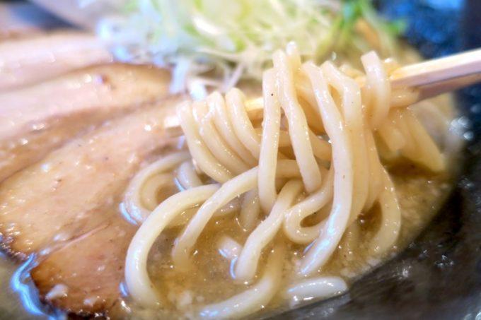 読谷村「麺屋シロサキ」の炙り肉そばのもちもちプルプルの太麺は、ニボニボスープに負けない。