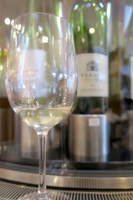 「酒舗 稲村屋」で試飲した、北海道中央葡萄酒の北ワイン ケルナー(辛口) 2016(1杯200円)