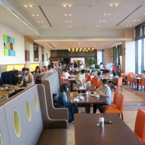 朝食で訪れた「サザンビーチホテル&リゾート沖縄」2階にあるレストラン「レイール」の店内。
