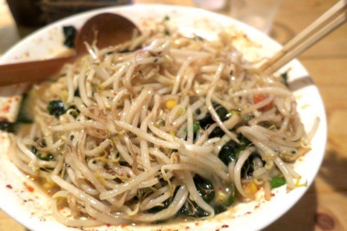 那覇・牧志「天神矢」の天神味噌(750円)のトッピングのわかめにスープを吸わせようと、天地返し!