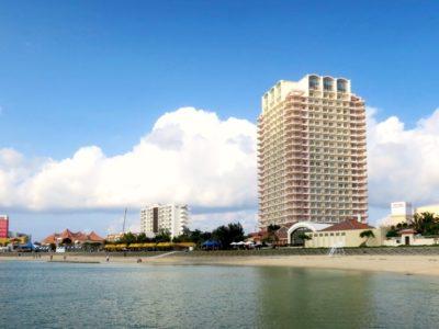 北谷のサンセットビーチ沿いに佇む「ザ・ビーチタワー沖縄」の外観。