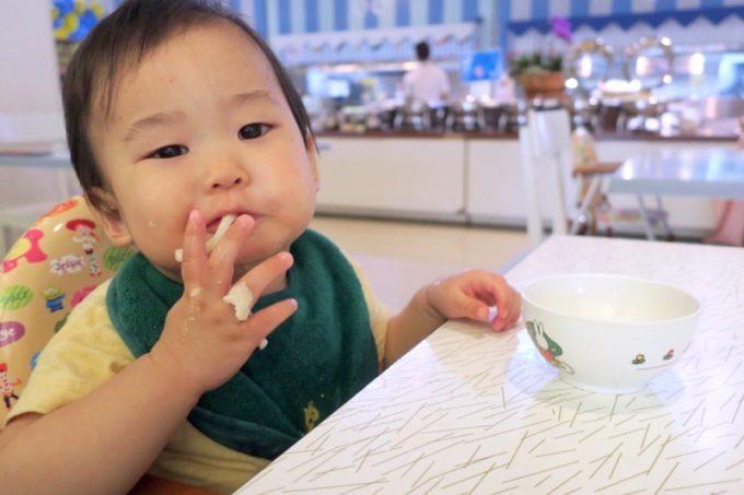 「ザ・ビーチタワー沖縄」でうどんやお粥などを食べるお子サマー。