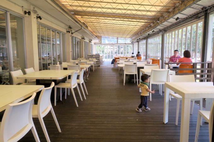 「ザ・ビーチタワー沖縄」にはテラス席もあって、客席は広い。