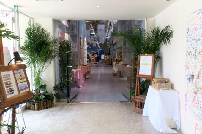 「ザ・ビーチタワー沖縄」のレストラン「チュラティーダ」の入り口。