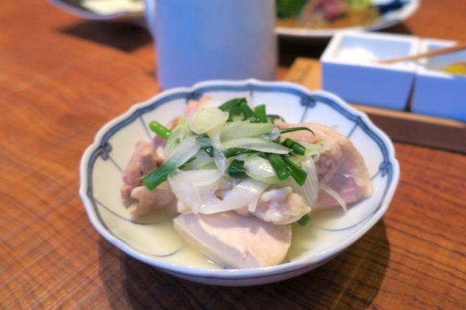 水炊きの肉はもも切り身、むね切り身、ぶつ切りが楽しめる。