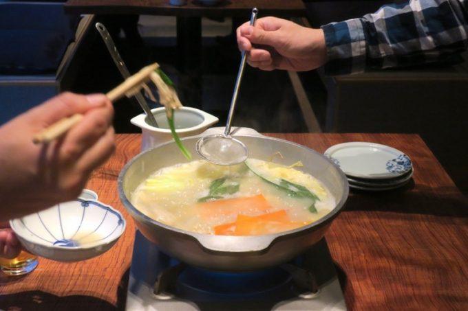 水炊きができあがったら、あとは客席で自由に食べることができる。