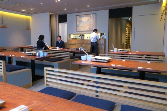 「とり田 博多本店」の店内。2階席の大広間に案内された。