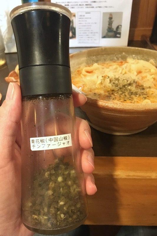担々麺の辛さを増すには、卓上調味料の青花椒(チンファージャオ)が欠かせない。
