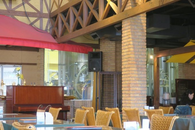 レストランの奥に醸造設備が見える。