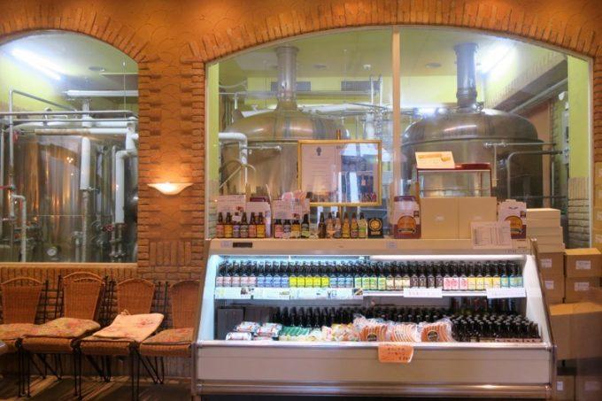 建物内に入ると、お土産用ビールの奥に、醸造施設を眺めることができる。