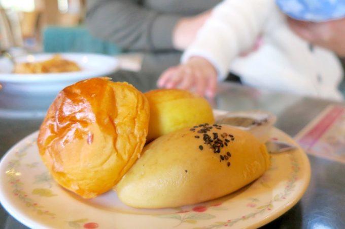 山口地ビール「サン・レミ・ド・プロヴァンス」の手作りパンの盛り合わせ(400円)