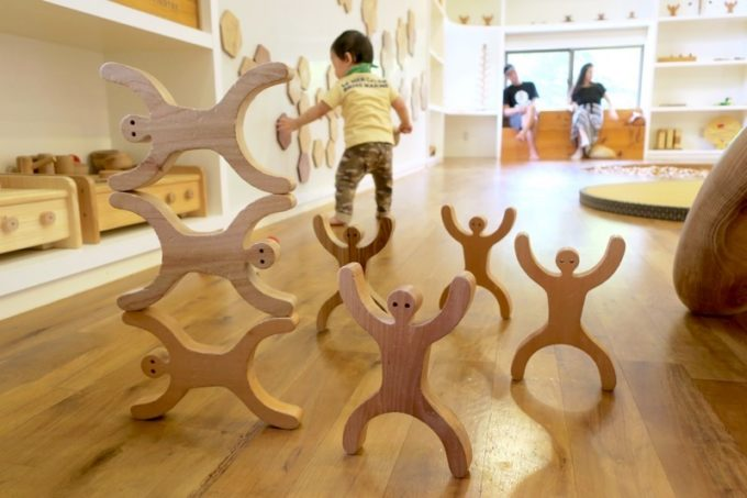 木のおもちゃ(人型の積み木)