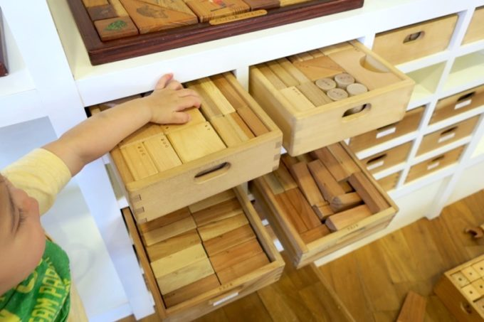 「やんばる森のおもちゃ美術館」の壁際にあったたくさんの積み木!