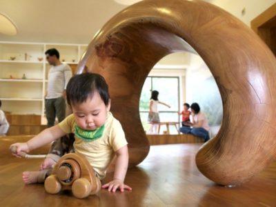 「やんばる森のおもちゃ美術館」で遊ぶお子サマー。