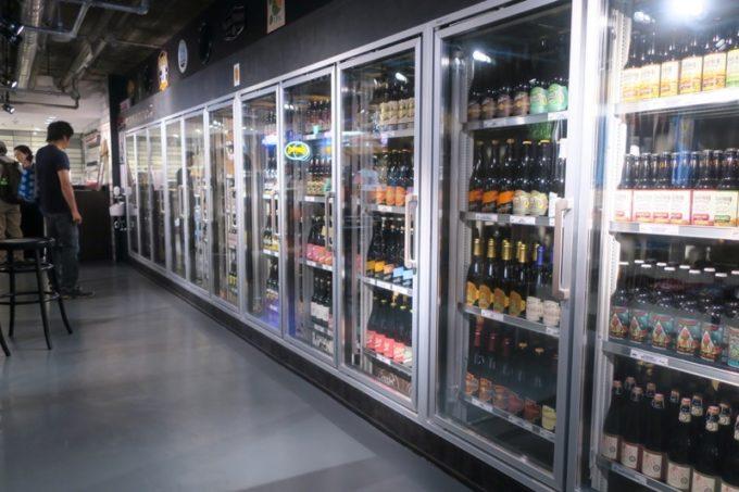 「アンテナアメリカ横浜店」の店内(缶・ボトルの冷蔵庫)