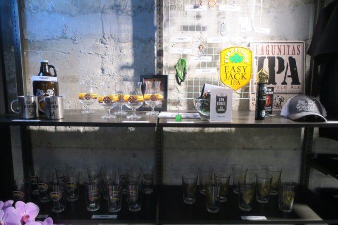 「アンテナアメリカ横浜店」の店内(ブルワリーのグラスなど)