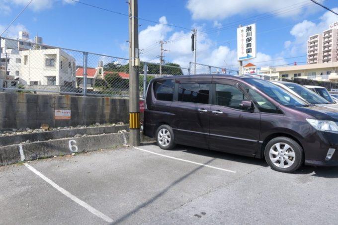 カーサマチルダの専用駐車場がある。もしくはコインパーキングを利用する。