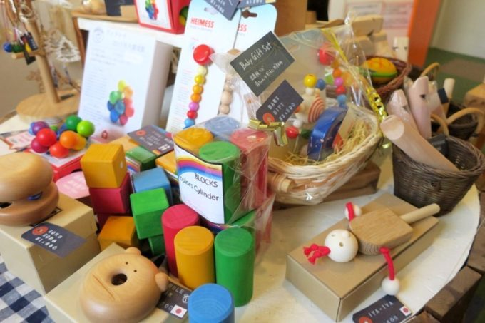 「カーサマチルダ(Casa Machilda)」では、様々な木のおもちゃを販売している。