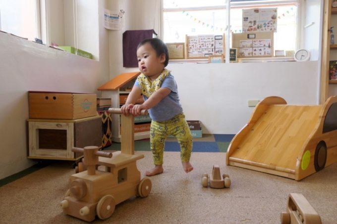 「カーサマチルダ(Casa Machilda)」の木のおもちゃで遊ぶお子サマー。