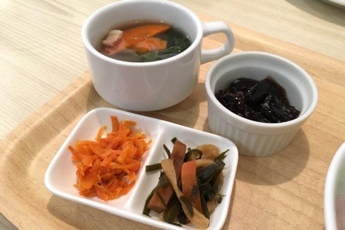 日替わりランチについてきた小鉢やスープなど。